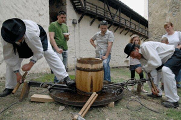 Debnári pri výrobe suda pred očami návštevníkov Festivalu kumštu, umenia a zábavy.