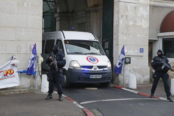 Polícia eskortuje Jawada Bendaouda z francúzskeho väzenia na súdne pojednávanie.