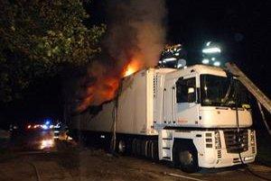 Po príchode na miesto požiaru našli hasiči zamknutú kabínu. Mysleli si, že vodiči ušli.