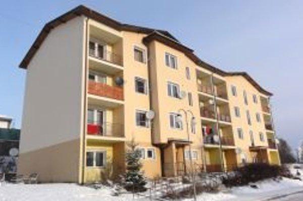 Mesto bytovku s dvadsiatimi dvoma 2- a 3-izbovými bytmi postavilo pred desiatimi rokmi.