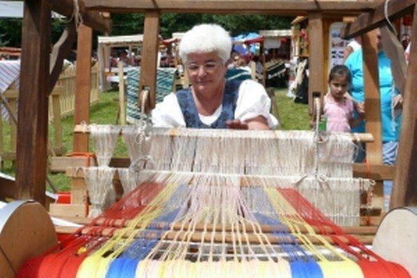Pani Veronika tkala na slávnostiach v Detve.