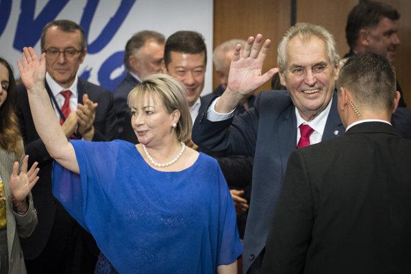 Miloš Zeman a jeho manželka Ivana zdravia priaznivcov.