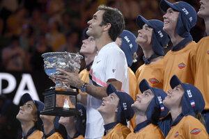 Roger Federer s trofejou pre víťaza Australian Open.
