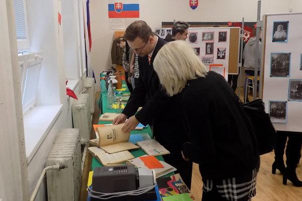 Výstava v škole potrvá do 1. februára.