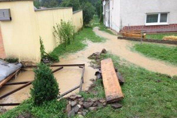 Voda tiekla ulicou.