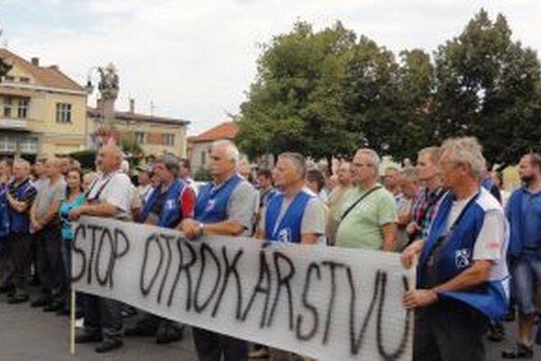 Spred závodu pochodovali štrajkujúci na Svätotrojičné námestie.
