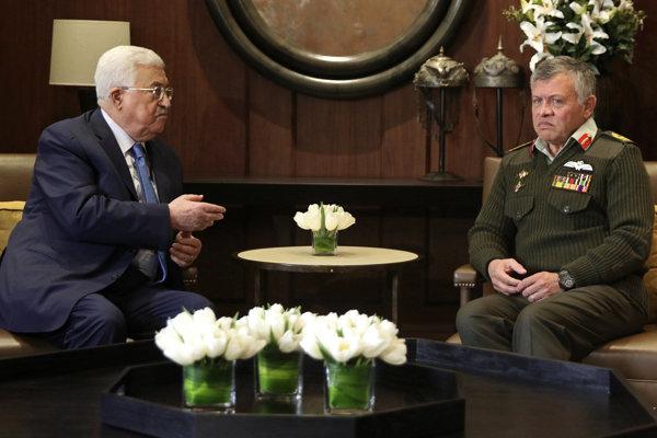 Jordánsky kráľ Abdalláh II. (vpravo) a palestínsky prezident Mahmúd Abbás.