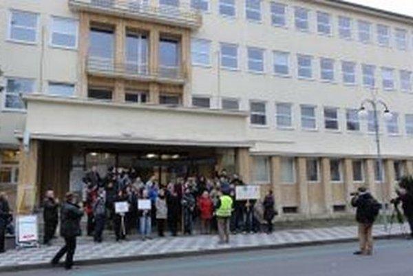 Zhromaždenie pred budovou Ústavu ekológie lesa SAV vo Zvolene.