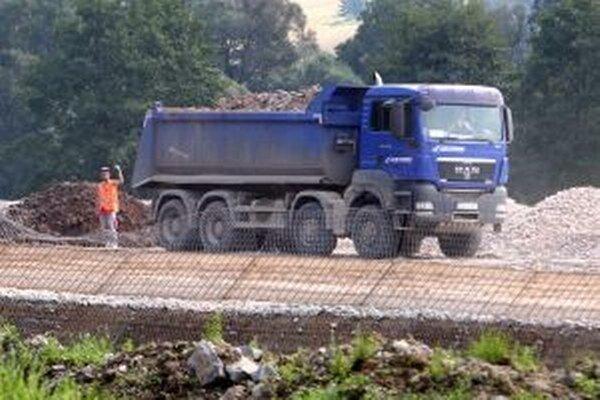 Rýchlostná cesta potrebuje veľa stavebného materiálu.