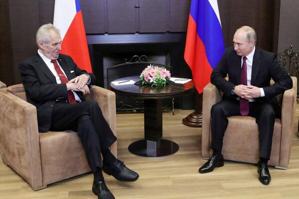 Český prezident Zeman (vľavo) počas stretnutia s ruským prezidentom Putinom.