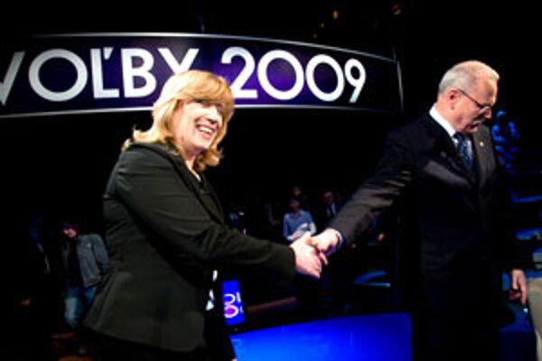 Kandidátka na prezidentku Iveta Radičová a prezident Ivan Gašparovič si podávajú ruku pred začiatkom televíznej debaty prezidentských kandidátov.