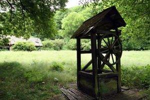Stará drevená studňa už desaťročia nikomu nedala vodu.