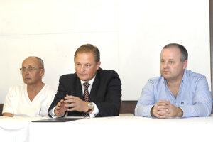 Odvolaný primár košickej plastickej chirurgie Róbert Sabovčík (tretí vpravo)