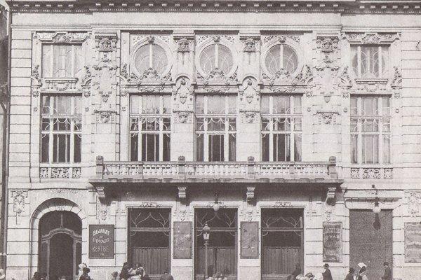 Budova kasína, neskôr kina Korzó Mozgó a v roku 1918 mestskej jedálne.