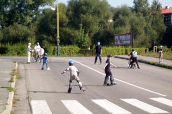 Na Hronskej ulici ustúpili autá korčuliarom a cyklistom.
