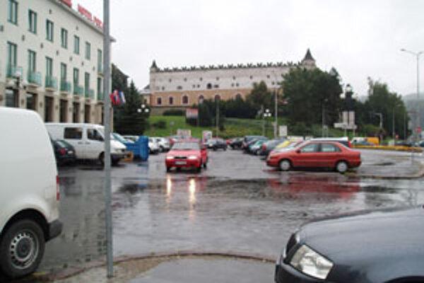 Motoristom skončili dvojročné prázdniny, počas ktorých nemuseli za parkovanie platiť.