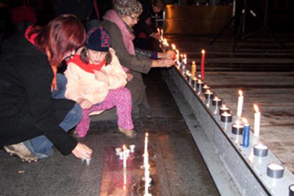 Na námestie prišli pamätníci nežnej, ale aj tínedžeri, ktorí ju nezažili.