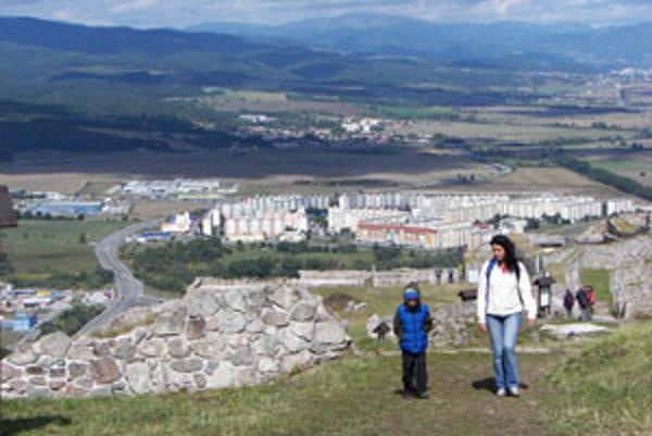 Pustý hrad archeológovia už sedemnásť rokov skúmajú a konzervujú. Turisti naň prichádzajú aj spoza hraníc.