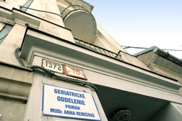 Geriatria sídli v samostatnej budove v blízkosti nemocničného areálu.