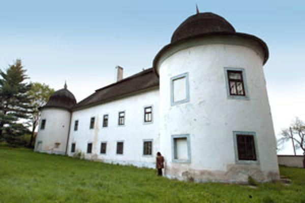 Kaštieľ dal postaviť v roku 1636 Melichar Ostrolucký.