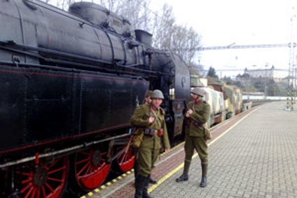 Obnovený pancierový vlak Štefánik, ktorý bude počas letnej sezóny putovať po slovenských mestách, predstavili v piatok na železničnej stanici vo Zvolene.