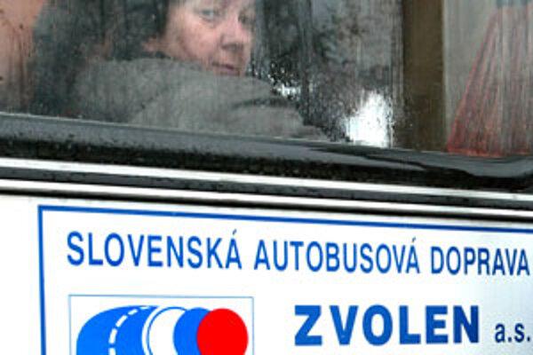 Zamestnanci budú v autobusoch cestovať za štyri centy na 50 kilometrov.