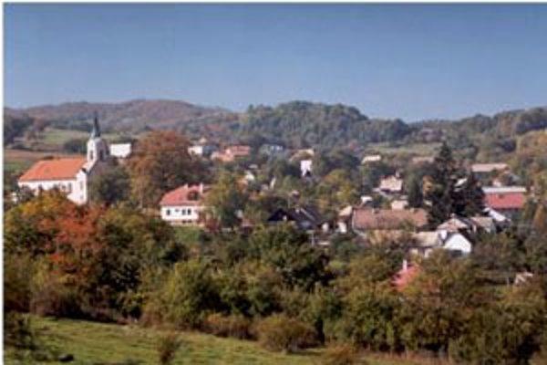 Obec má 375 obyvateľov, v osadách žije asi tretina.