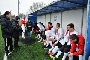 Pohľad na domácu lavičku. Druhý zľava Marián Šarmír, jeden z trénerov ŠKF.