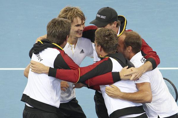 Tenisti Nemecka oslavujú svoj postup.