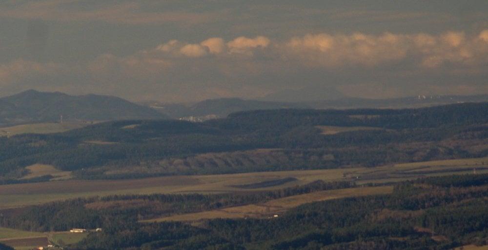 Veľký Choč (v strede vzadu) z Rajtopíkov v pohorí Branisko.