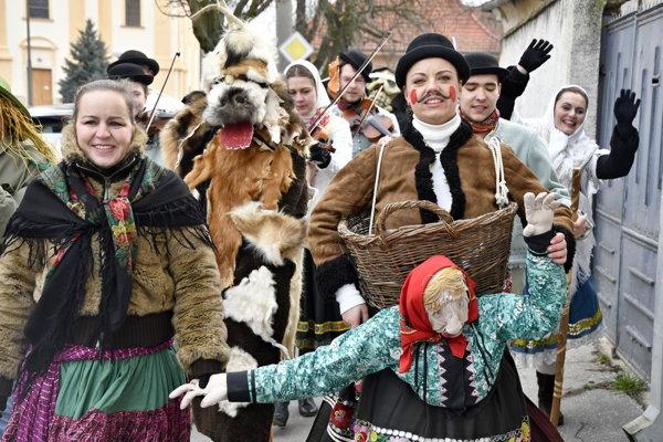 Folkloristi zo súboru Žito.