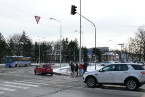 Na priechode pre chodcov pri kostole sú semafory vypnuté.