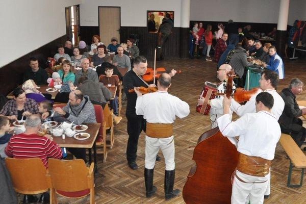 O dobrú náladu sa postarala ľudová hudba bratov Murínovcov.
