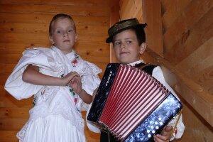 Šesťročnú Aničku Bystriansku sprevádzal na heligónke o dva roky starší Janko Bystriansky.