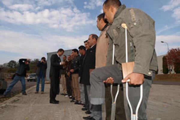 V popredí iracký vojak Ammán, ktorý prišiel pred tromi týždňami o nohu pri odmíňovacích prácach.