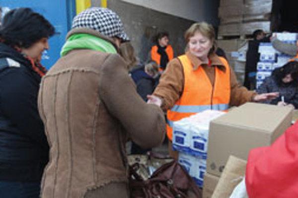Pracovníci mestského úradu rozdávali potraviny tri dni.