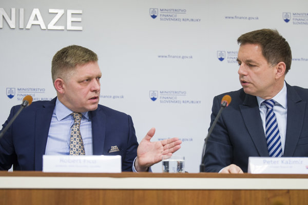 Robert Fico a minister financií Peter Kažimír.