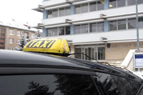 Taxikári dražili parkovacie miesta.