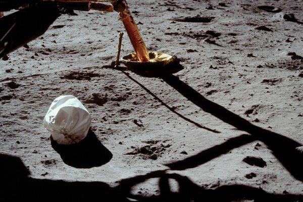 Odpadková taška na Mesiaci, ktorú odfotil Neil Armstrong počas prvého výstupu do otvoreného vesmíru.