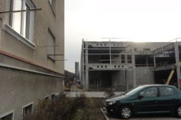 Bytovka je v tesnej blízkosti stavby.