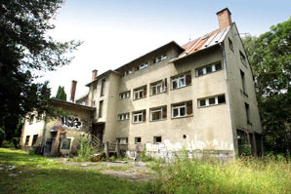 Budovy v areáli sú značne zdevastované.