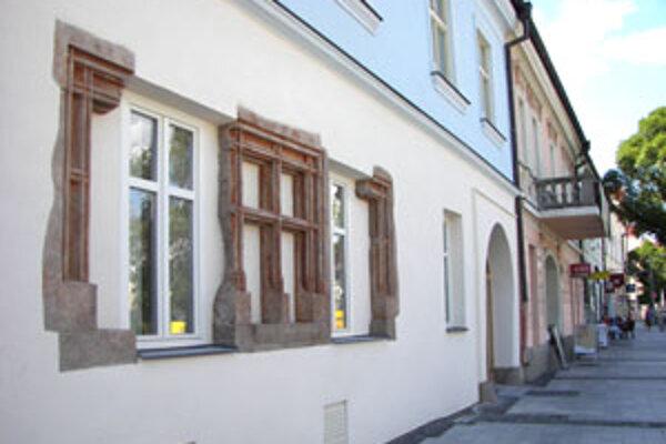 Zvyšky dvoch neskorogotických okien na fasáde obnovili.