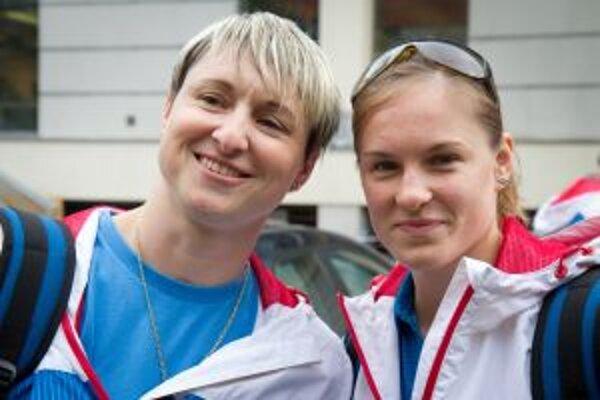 Gymnastická trénerka Katarína Krekáňová a športová gymnastka Mária Homolová pri odchode časti slovenskej výpravy na olympidádu.