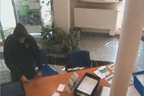 Banku prepadol muž v čiernej mikine.