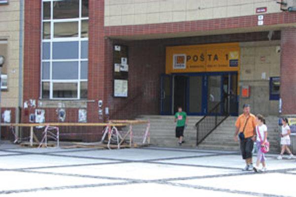 Bezbariérový prístup do budovy zatiaľ stavať nezačali.