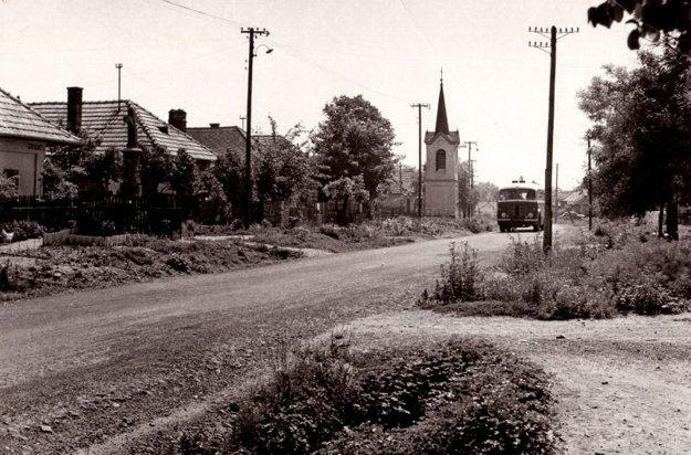 Panoráma stredu obce so zvonicou (50. roky).