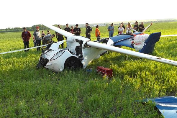 Lietajúce auto po núdzovom pristátí v Janíkovciach.