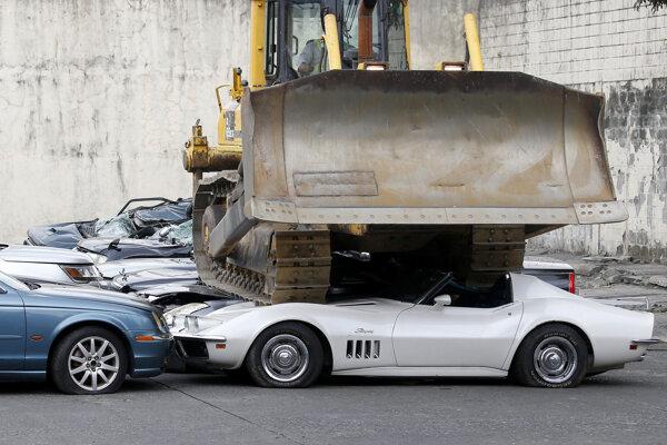 Buldozér demoluje luxusné pašované autá, ktoré zhabali colníci na Filipínach.