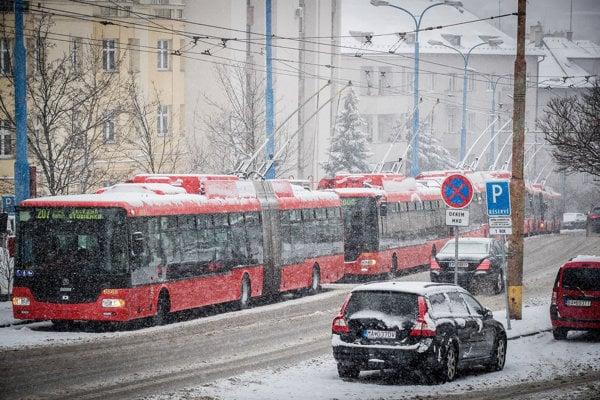Sneženie v Bratislave komplikuje aj jazdu autobusov MHD.