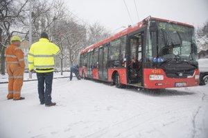 Skrížený autobus pod Hlavnou stanicou.